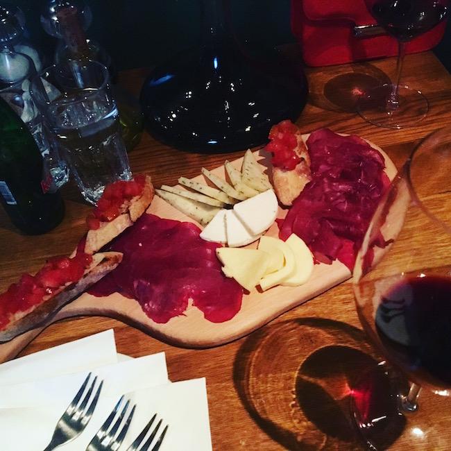 """Vino, pršut i sir - savršena kombinacija, """"Delikatesna radnja FOOD"""""""